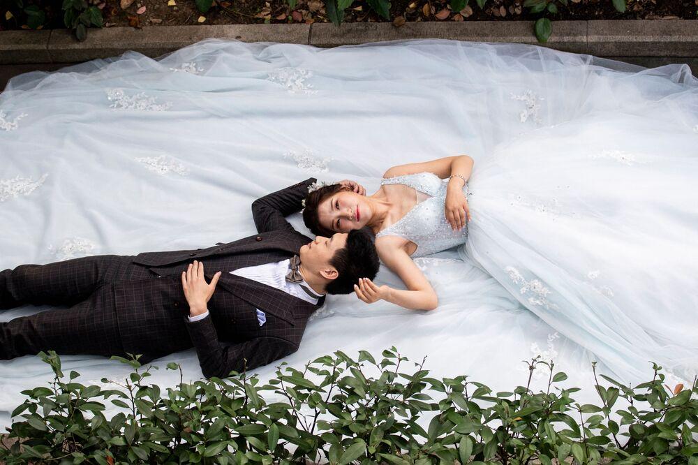 Pár během svatebního focení v Šanghaji