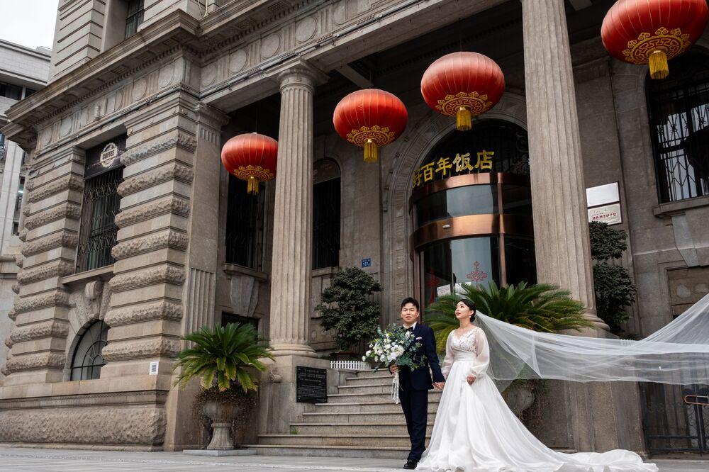 Novomanželé na ulici ve Wu-chanu v Číně