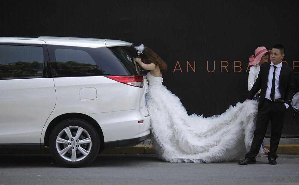 Nevěsta relaxuje ve stínu během svatebního focení v Šanghaji