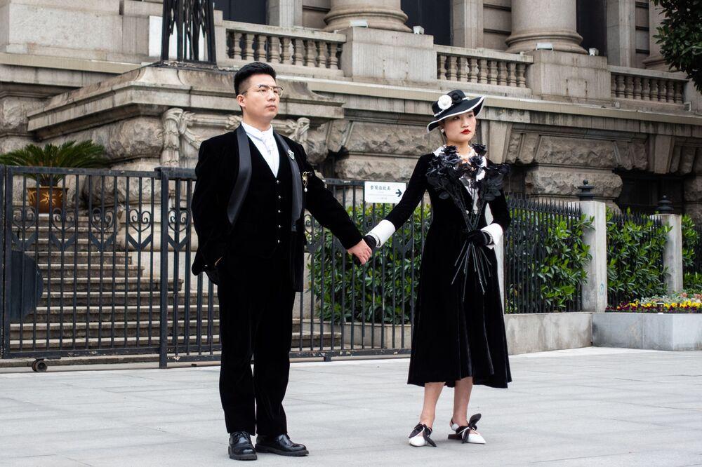 Novomanželé na ulici ve Wu-chanu