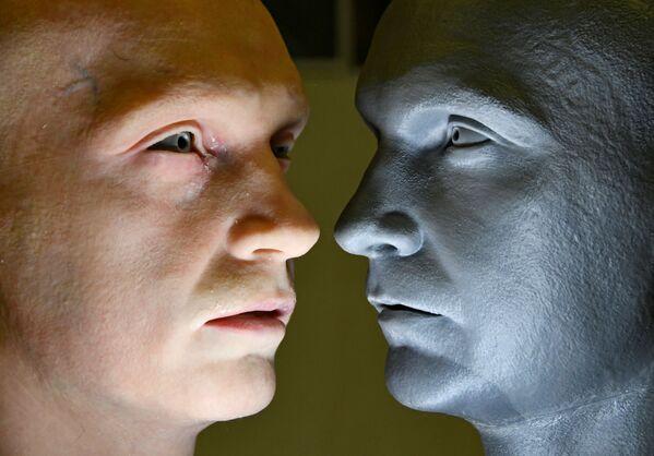 Hlava humanoidního robota vyvinutého Promobotem vedle modelu hlavy.  - Sputnik Česká republika