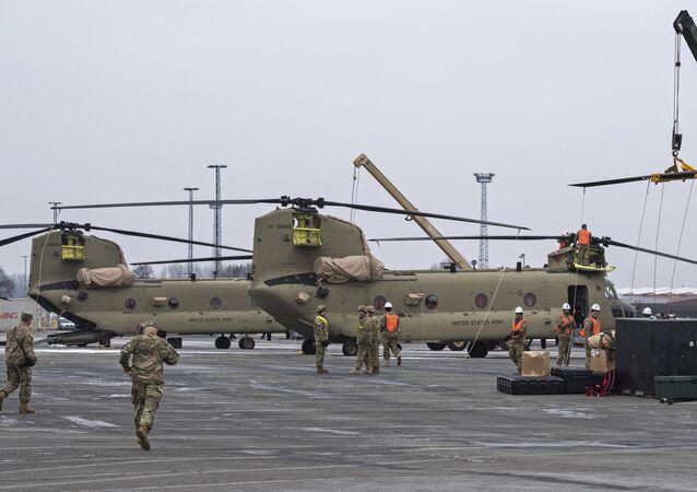 Americká vojenská technika během přepravy v německém Bremerhavenu. Illustrační foto