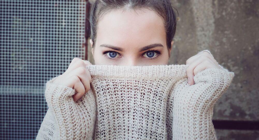 Žena s modrými očima
