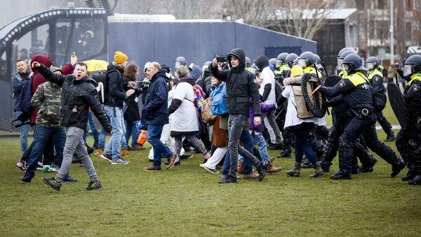 Střety mezi odpůrci proticovidových opatření a policií v Amsterdamu - Sputnik Česká republika