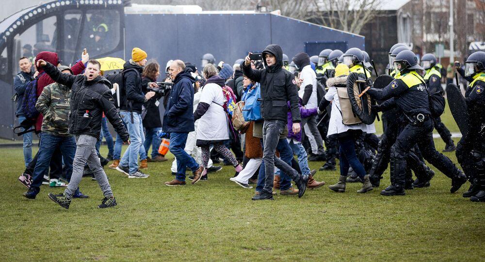 Střety mezi odpůrci proticovidových opatření a policií v Amsterdamu