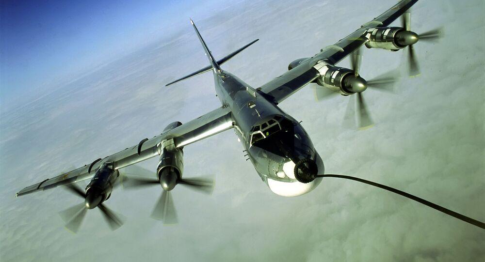 Vzdušné dotankování strategického bombardéru Tu-95MS. Ilustrační foto