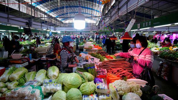 Lidé na jednom z trhů ve Wu-chanu - Sputnik Česká republika