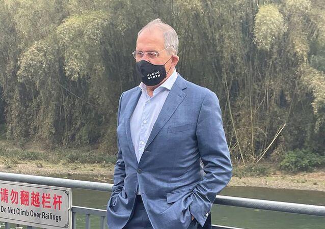 Sergej Lavrov v roušce s nápisem FCKNG QRNTN