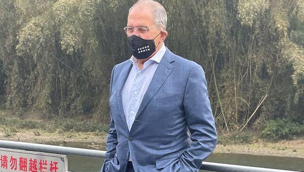 Sergej Lavrov v roušce s nápisem FCKNG QRNTN - Sputnik Česká republika