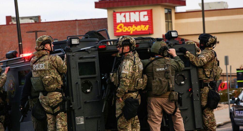 Policie na místě střelby v americkém Boulderu v Coloradu