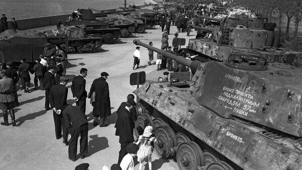 Výstava výzbroje zajaté Rudou armádou během Velké vlastenecké války v Parku Gorkého v Moskvě. Výstava byla k vidění od roku 1943 do 1948 - Sputnik Česká republika