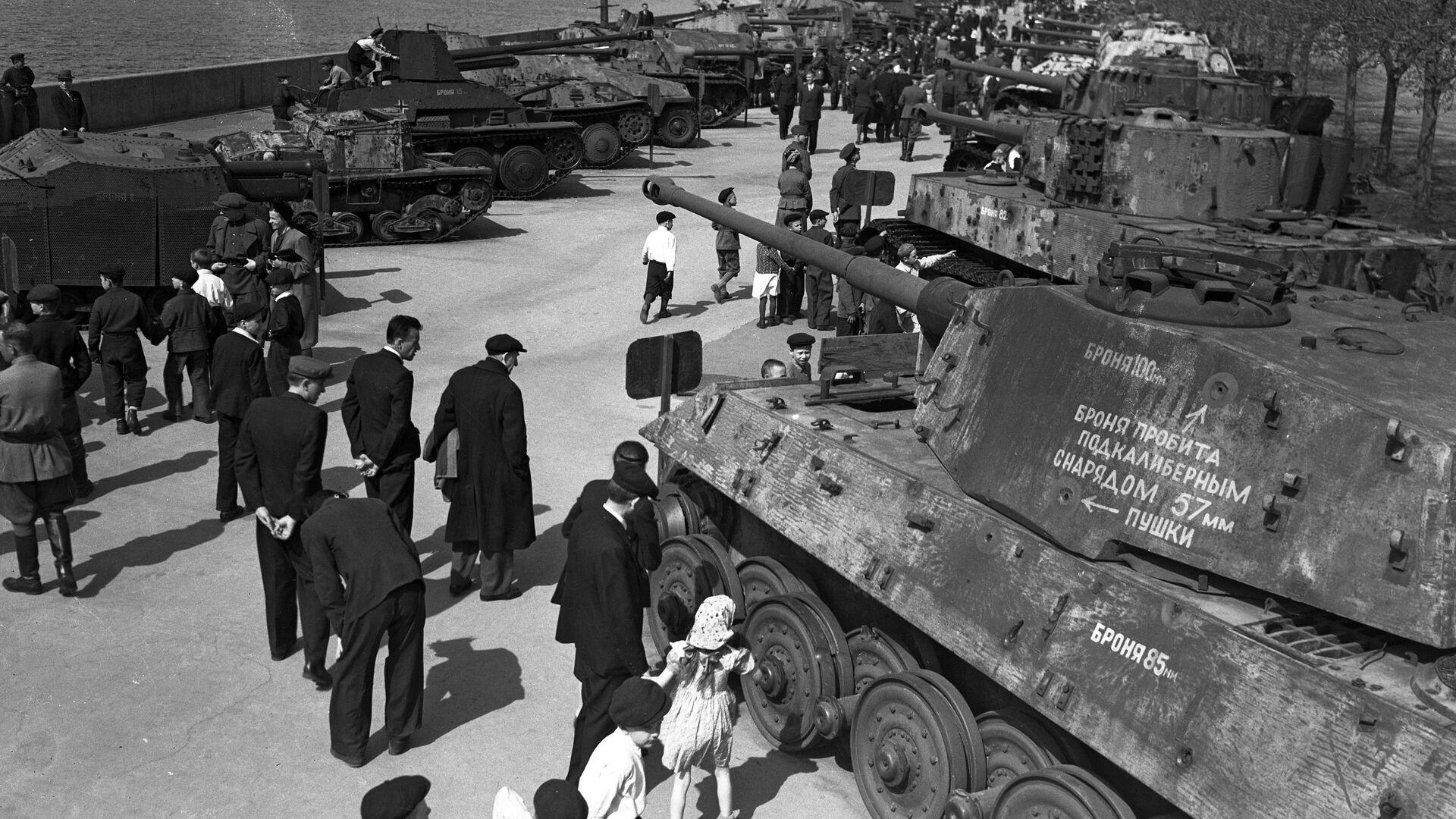 Výstava výzbroje zajaté Rudou armádou během Velké vlastenecké války v Parku Gorkého v Moskvě. Výstava byla k vidění od roku 1943 do 1948 - Sputnik Česká republika, 1920, 24.03.2021
