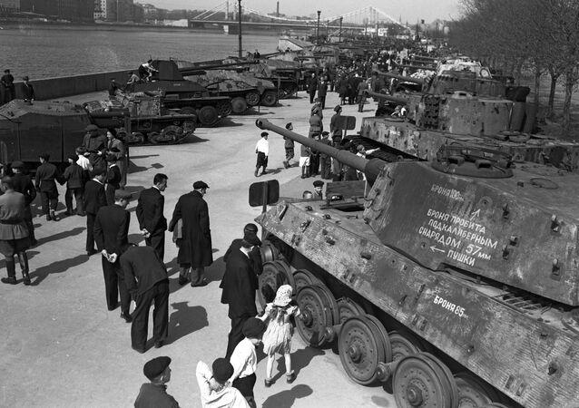 Výstava výzbroje zajaté Rudou armádou během Velké vlastenecké války v Parku Gorkého v Moskvě. Výstava byla k vidění od roku 1943 do 1948