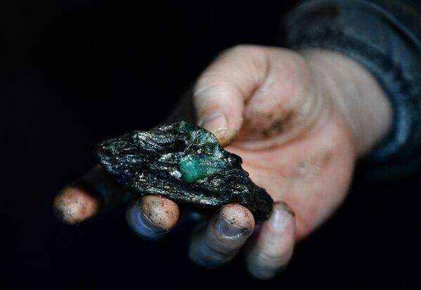 Dělník ukazuje kámen se smaragdem - Sputnik Česká republika