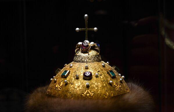 Smaragd je královský kámen. Monomachova čapka z počátku 14. století - dědičná koruna ruských panovníků, symbol ruské autokracie - zdobí ji jedenáct různých drahých kamenů, včetně čtyř smaragdů. - Sputnik Česká republika
