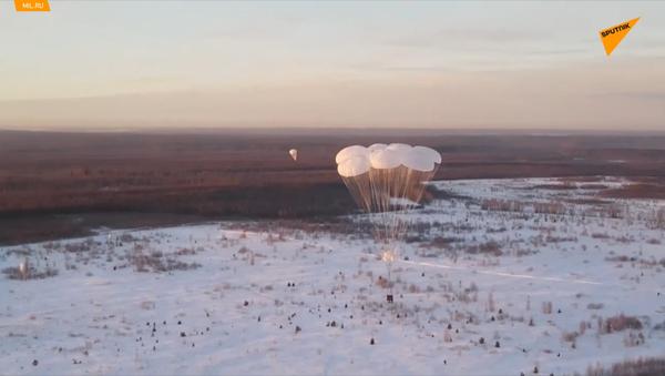 Přes 1 500 ruských vojáků se současně vysadilo na cvičení v Kostromské oblasti - Sputnik Česká republika