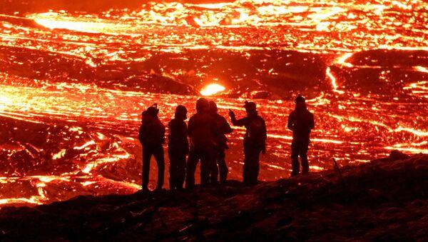 Výbušné fotografie a živé emoce: Do čeho jdou turisté během sopečných erupcí - Sputnik Česká republika