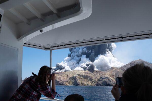 Turisté si fotí sopečnou erupci na White Island na Novém Zélandu - Sputnik Česká republika