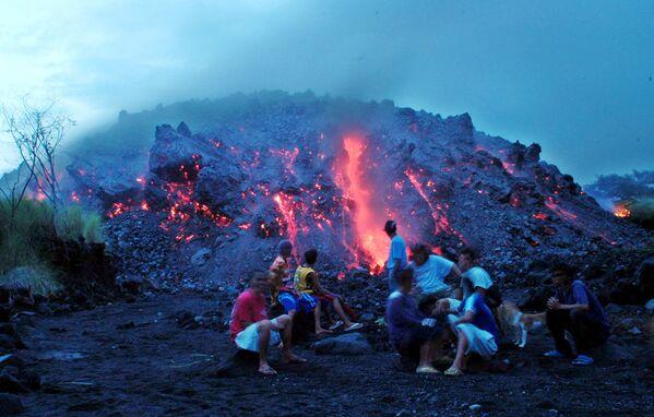 Vesničané sledují lávový proud sopky Mayon na Filipínách - Sputnik Česká republika