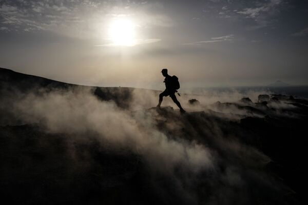 Turista na vulkanickém ostrově Vulcano v Tyrhénském moři, Itálie - Sputnik Česká republika