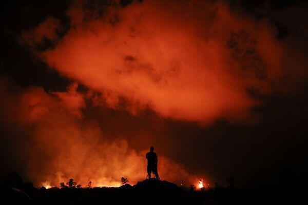 Fotograf zachycuje erupci lávy v Leilani Estates poblíž Pahoa na Havaji - Sputnik Česká republika