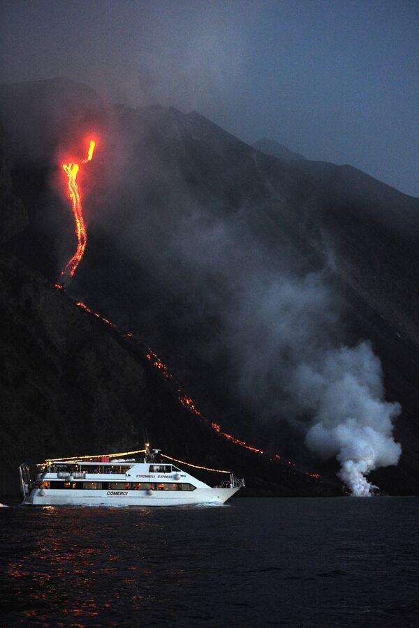 Turisté na lodi poblíž vybuchující sopky Stromboli v Itálii - Sputnik Česká republika