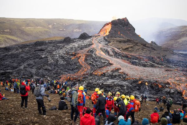 Lidé na místě sopečné erupce na Islandu - Sputnik Česká republika