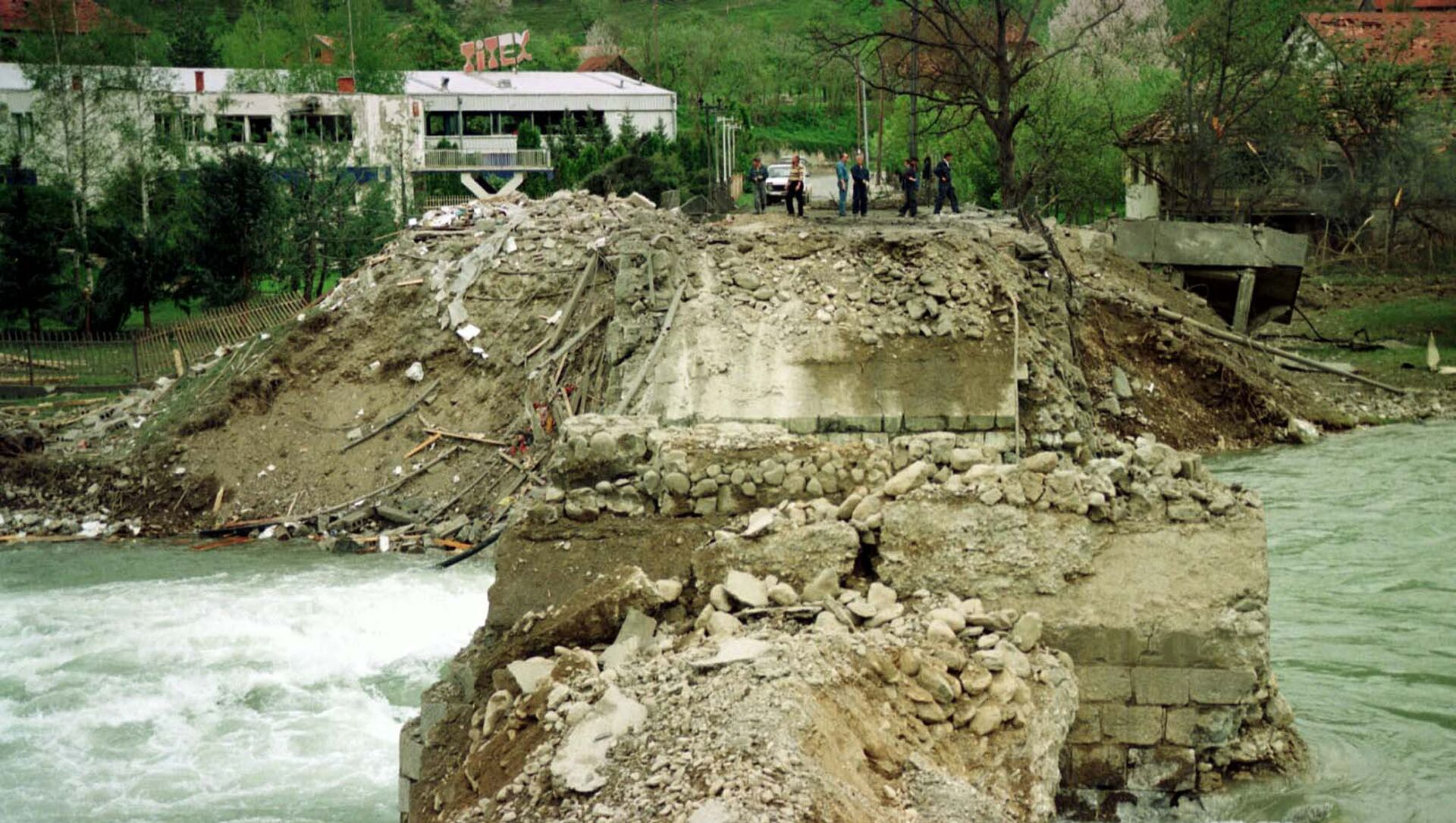 Most přes řeku Lim v Černé Hoře, který byl zničen během bombardování NATO v roce 1999 - Sputnik Česká republika, 1920, 25.03.2021