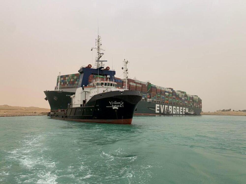 Mimořádná událost nebo ekonomická katastrofa? Kvůli nákladní lodi došlo k zablokování Suezského průplavu