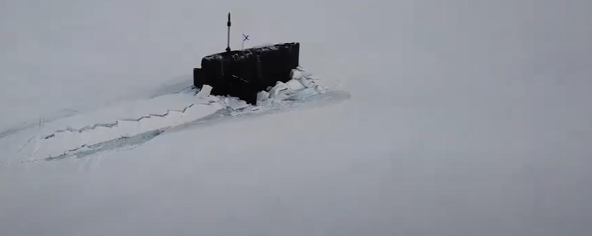 Poprvé v dějinách ruského námořnictva se v Arktidě zpod ledu vynořily tři atomové ponorky - Sputnik Česká republika, 1920, 27.03.2021