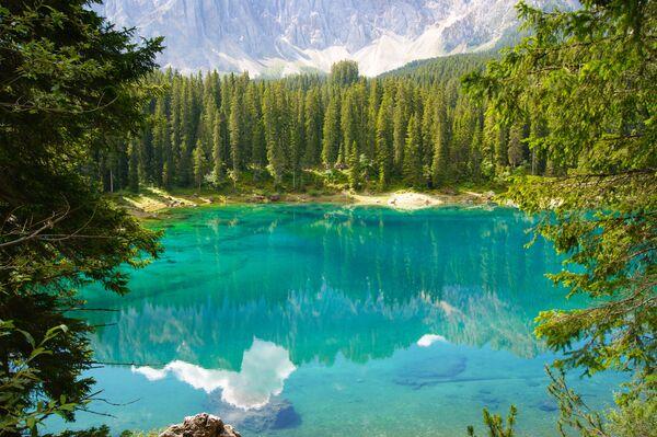 Jezero Karersee v Itálii. - Sputnik Česká republika