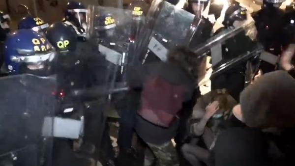 V anglickém Bristolu protesty proti rozšíření pravomocí policie přerostly v tvrdé střety - Sputnik Česká republika