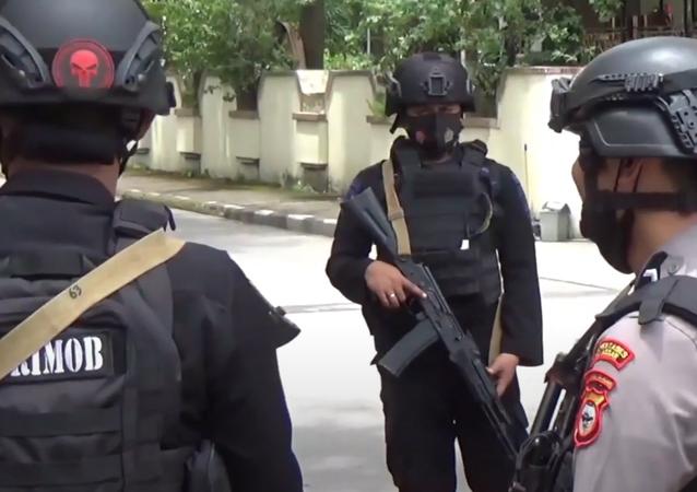 Objevilo se video z místa výbuchu v indonéském katolickém kostele