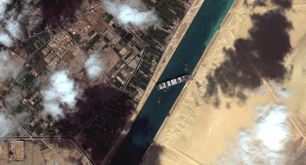 Pohled na kontejnerovou loď Ever Given v Suezském průplavu na satelitním snímku