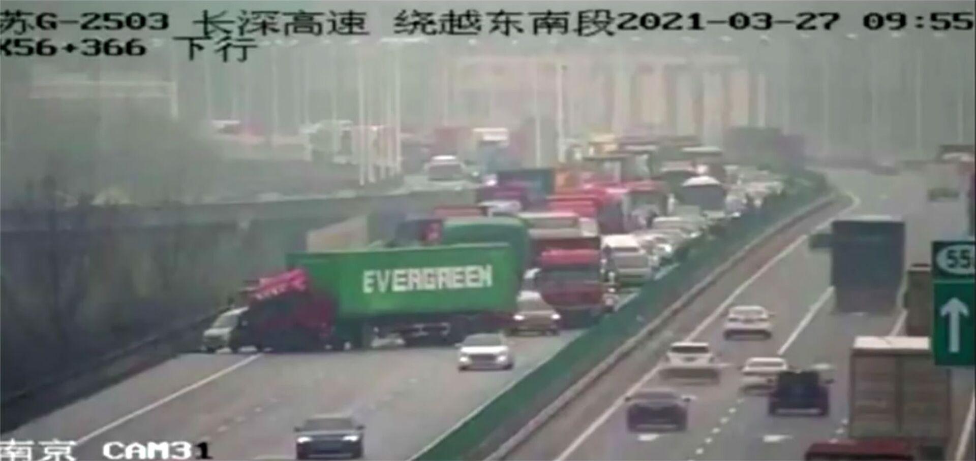 Kontejnerový vůz Evergreen během dopravní zácpy v Číně - Sputnik Česká republika, 1920, 20.04.2021