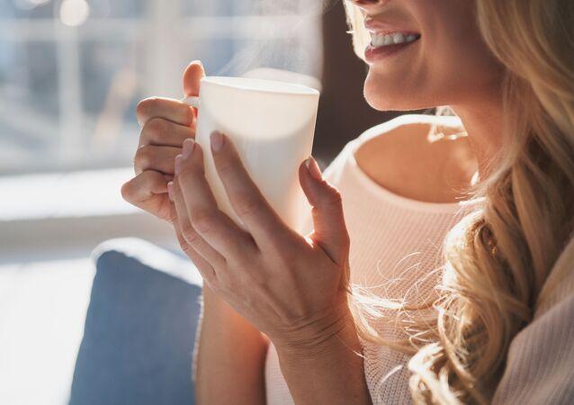 Dívka s šálkem kávy