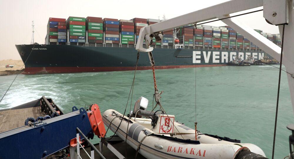 Práce na odblokování pohybu plavidel v Suezském průplavu