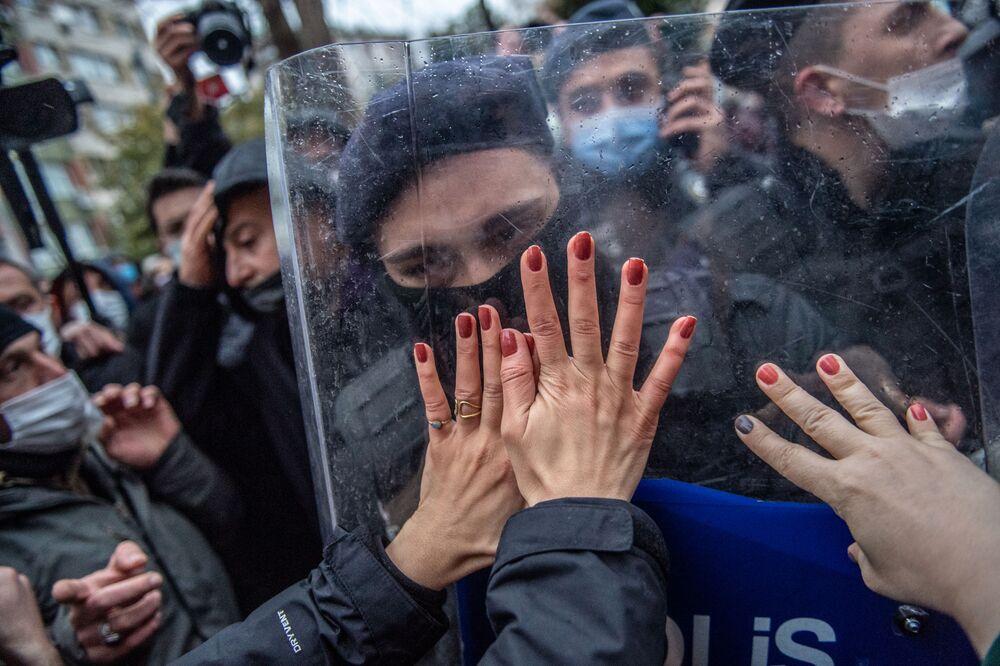 Turecké ženy během demonstrace proti odstoupení Turecka od Istanbulské úmluvy o prevenci a potírání násilí vůči ženám.