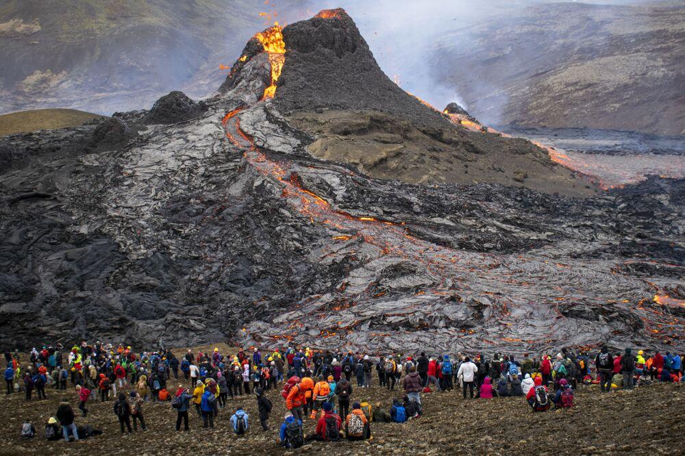 Lidé pozorují erupci sopky na Islandu.