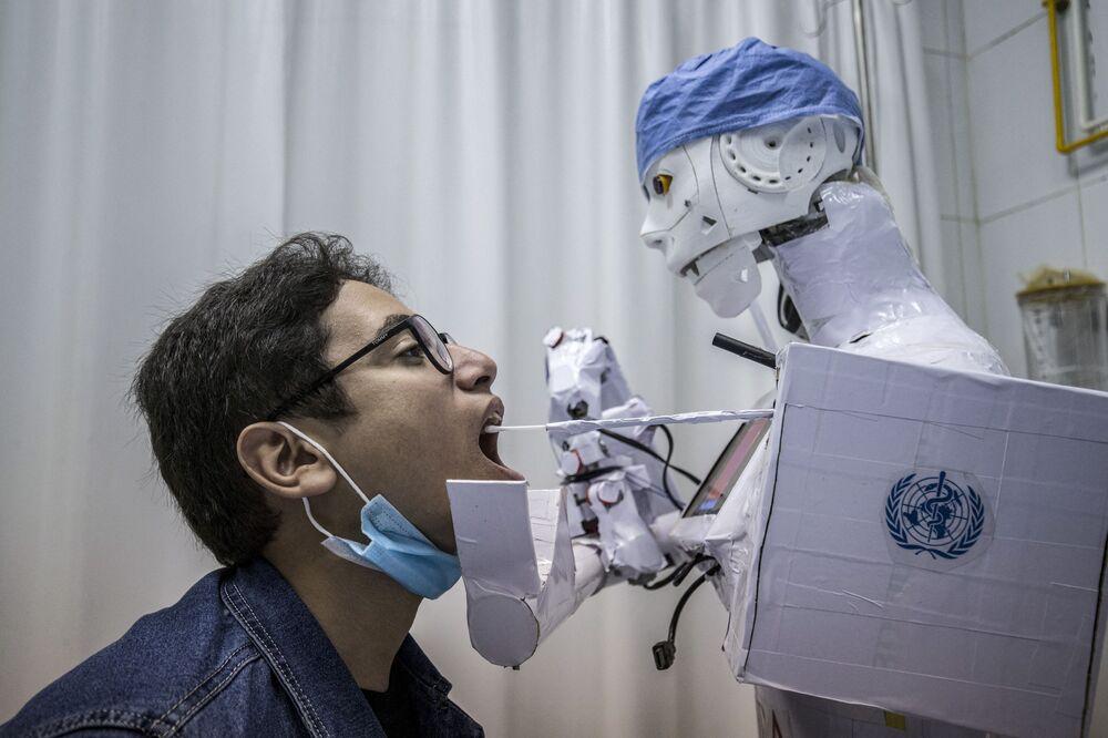Robot testuje muže na koronavirus v jedné z egyptských nemocnic.