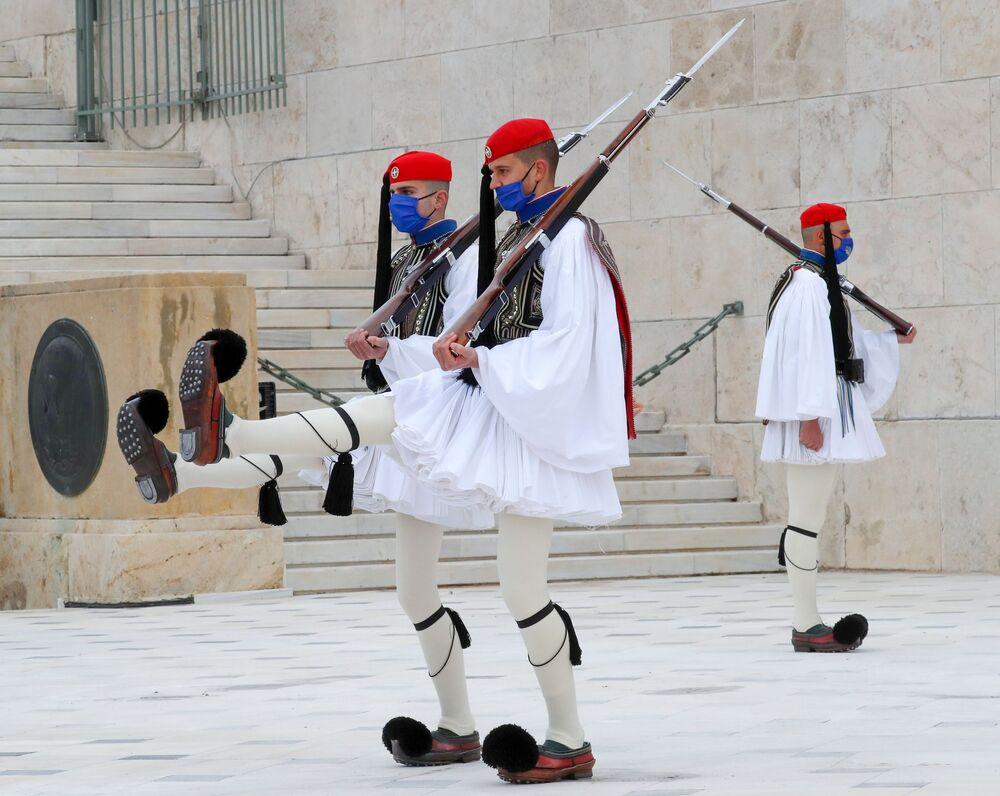 Čestná stráž Evzonů u hrobu Neznámého vojáka na náměstí Sintagma v Aténách.