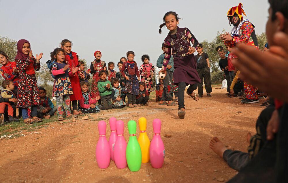 Děti si hrají v uprchlickém táboře v Sýrii.