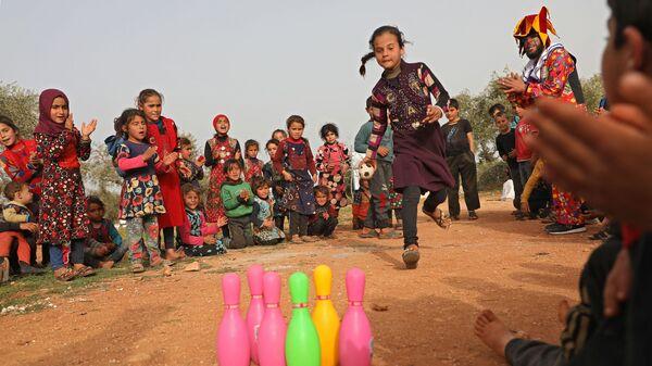 Дети играют в лагере для беженцев в Сирии - Sputnik Česká republika