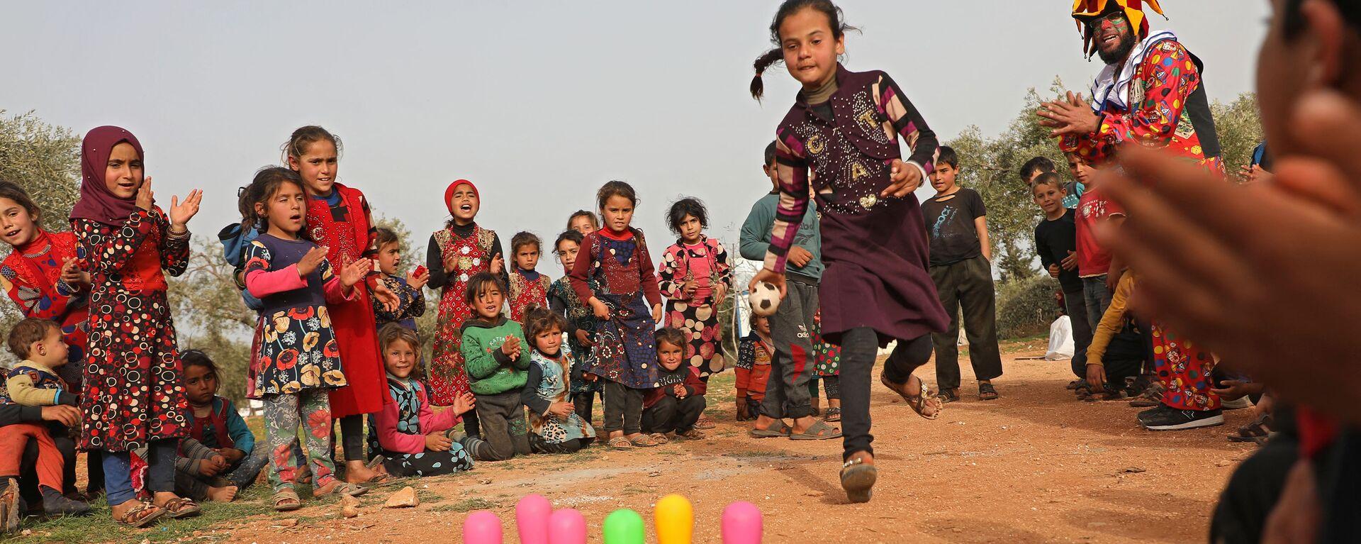 Дети играют в лагере для беженцев в Сирии - Sputnik Česká republika, 1920, 28.04.2021