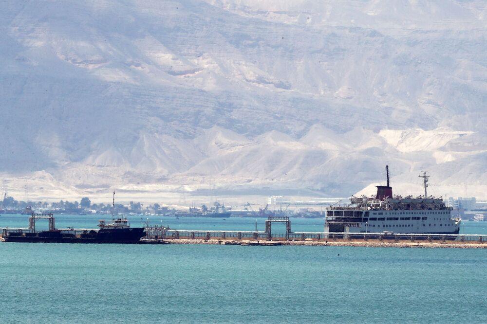 Nákladní lodě čekající ve frontě na vstup do Suezského průplavu