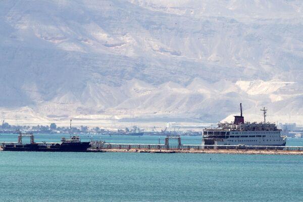Nákladní lodě čekající ve frontě na vstup do Suezského průplavu. - Sputnik Česká republika