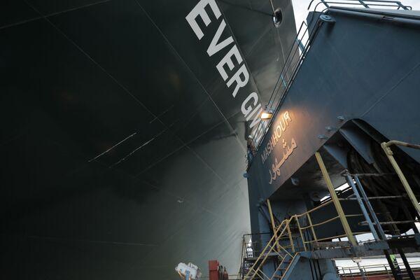 Obří loď Ever Given uvízla na mělčině na 151. kilometru Suezského kanálu - Sputnik Česká republika