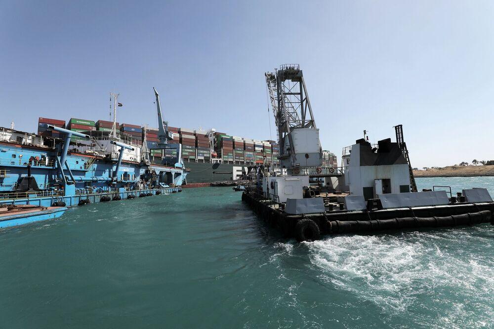 Remorkér zapojený do vyprošťování uvízlé kontejnerové lodě