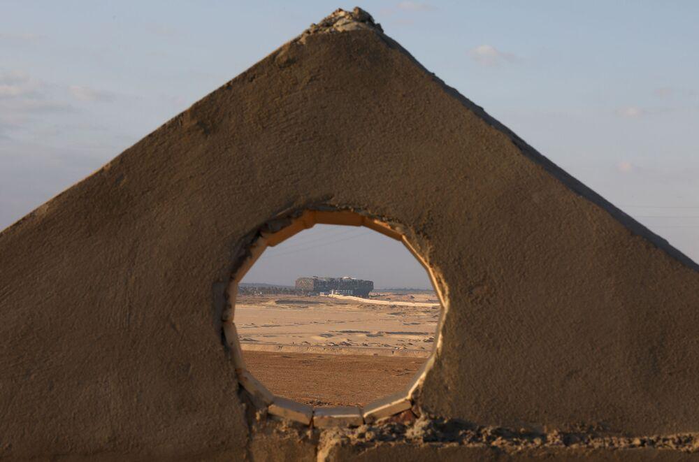 Čtyři sta metrů dlouhý kolos, který na dobu téměř jednoho týdne zablokoval Suezský průplav