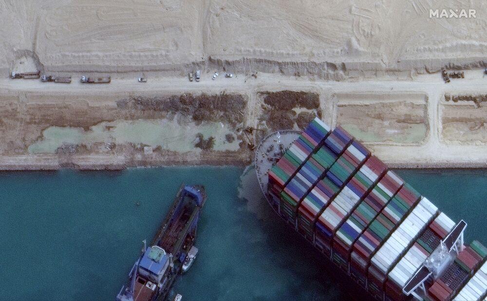 Uvízlá kontejnerová loď Ever Given na mělčině v Suezském průplavu